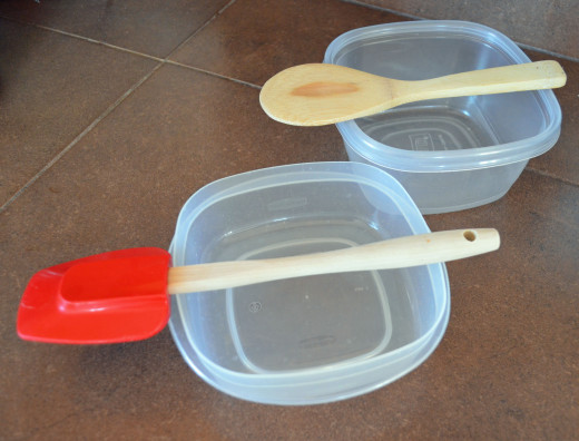 Place wooden spoons over shallow containers to hang cookies from.