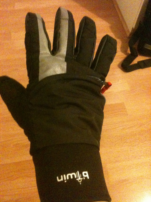 These BTwin gloves from Decathlon are waterproof and very warm with an additional zip for ventilation