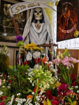 Mexicans honor Reaper Death came to worship the sacred in the first half of the twentieth century, in the poorest neighborhoods of Mexico. However, according to sources, this tradition was established in pre-Columbian times, when the natives lived in