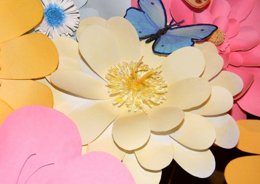 The short and high lengths of cardstock are glittered to make an interesting center.