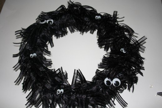 The wreath with eyes