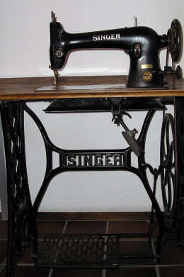 This high-quality used Singer sewing machine provides the basic features that everyone who sews needs. It is also a highly sought-after collector's item.