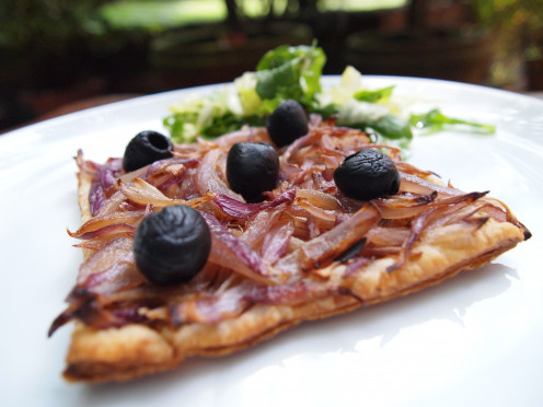 "Vegetarian recipe for an easy Red Onion & Black Olives Pissaladiere or ""French Pizza"" made with just 4 ingredients (including olive oil), which can be eaten as a French lunch or tasty snack."