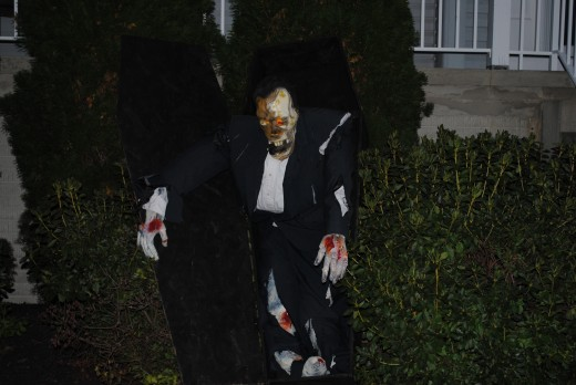 Halloween DIY - Coffin with Zombie
