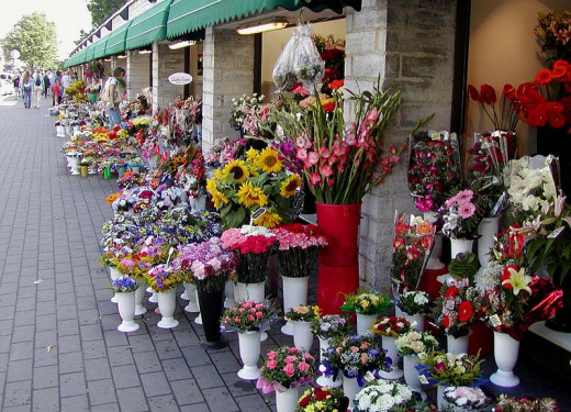 Stan Shebs took this photograph of the Tallinn, Estonia flower market in August 2003.
