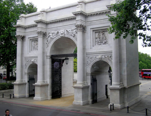 Adrian Pingstone took this photograph of Marble Arch in London, United Kingdom of Great Britain and Northern Ireland in June 2005.