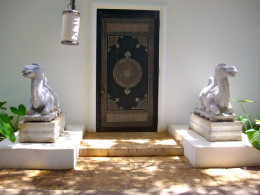 Entry to Shangri Laʻs art extravaganza is through a modest doorway, as is the custom in Middle Eastern countries.