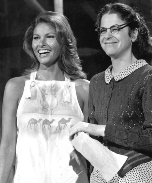 Gilda Radner (right)  with Rachel Welch.