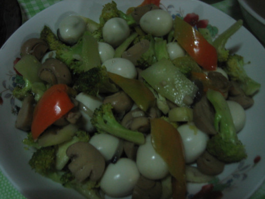 Stir fried broccoli, mushroom, bell pepper with quail egg