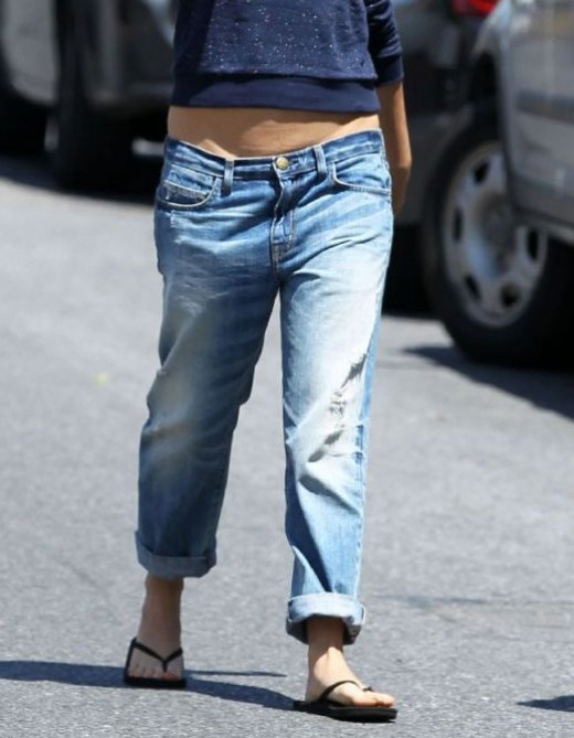 At 1.63 mts, this celebrity isn't the tallest woman in Hollywood. Yet her good looks have got her voted as one of the most beautiful woman in the world. This time she makes a faux pas with low rise and baggy jeans that emphasize her petite frame