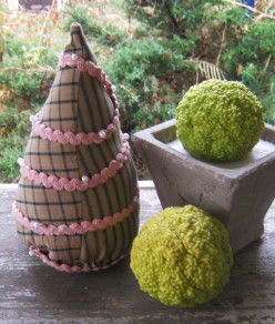 Make a Little Christmas Tree With Fabric Scraps