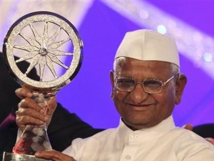 Anna Hazare receiving award for his social work