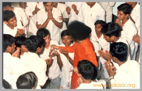 Una imagen quebró durante la visita de Swami al albergue de los chicos.  Estas visitas dejan impresiones de vidas!