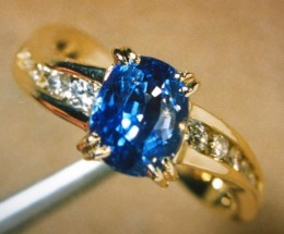 Ceylon Sapphire & 18kt gold engagement ring