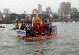 Inmersión del Señor Ganesha en agua Mumbai Mar