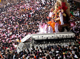 Mumbai devotos procesión a Sumerja Ídolo de Ganesha en el agua de mar
