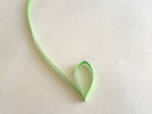 Make a small loop with quilling paper