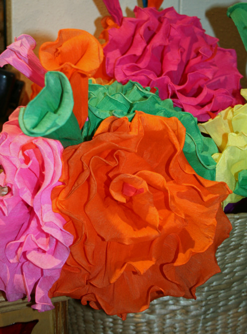 making flowers out of paper is easy and is an ideal romantic gift that will last longer than  fresh flowers.