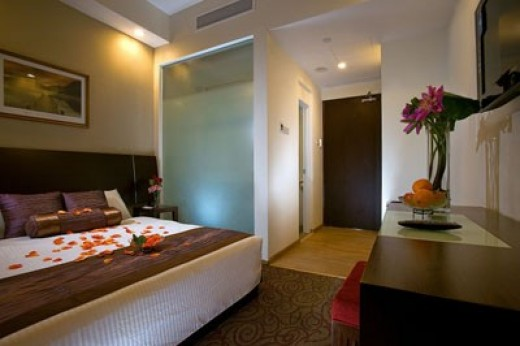 Hotel Grand Chancellor Standard Room - comes with LCD TV, Wi-Fi Internet access, mini-bar and complimentary beverages.