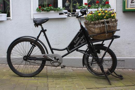 A quaint bike in front of Hotel Ohm Patt.