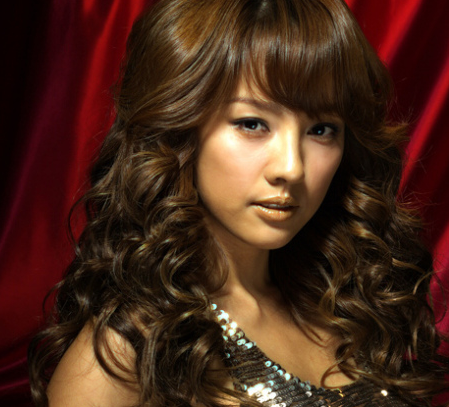 Hyori looks very sexy with this gorgeous curly hairstyle.