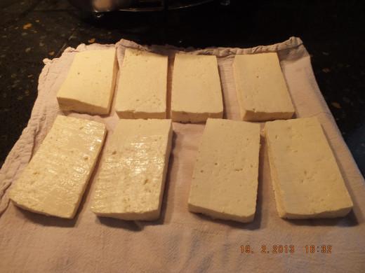 Lay the sliced tofu on a tea towel.
