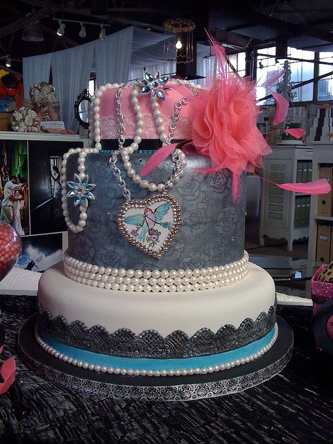 Sweetfaced Cakes designed this cake for a rock star wedding theme. (I wonder if the bride wore a leather dress?)