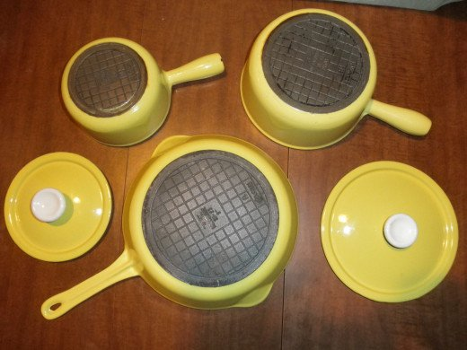 A very nice set of Yellow Descoware. This is one of the original colors.