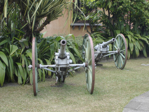 Decommissioned cannons from the now defunct army of Costa Rica.  They seem to get along fine without one at the moment.  Both Nicaragua and Panama have armies, while Costa Rica just has a police force.