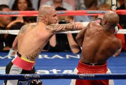 Miguel Cotto misses as the defensive master Floyd Mayweather uses his famous shoulder roll technique.