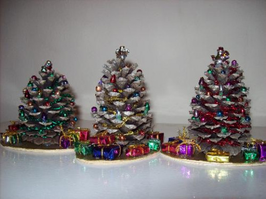 Make money with pinecones hubpages for Decorating pine cones for christmas tree