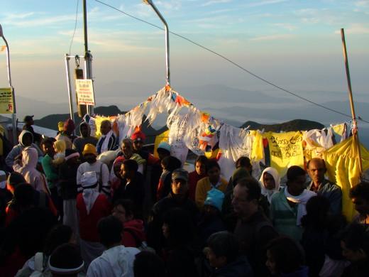 Crowds at the top of Adam's Peak at dawn
