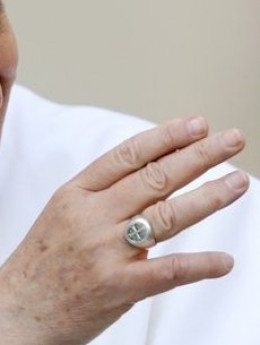 The cross/mark of Dan on Pope Francis's ring
