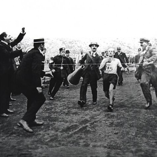 DORONDO PIETRI AT THE MARATHON FINOSH AT THE 1908 OLYMPIC GAMES IN LONDON