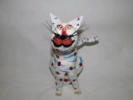 The result: A white sitting cat figurine.