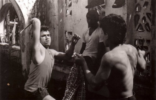 The teenagers from the slums practice knife fighting