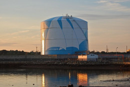 LNG (Liquified Natural Gas) Storage Tank. Source: Wikimedia Commons, Fletcher6, CC BY-SA 3.0.