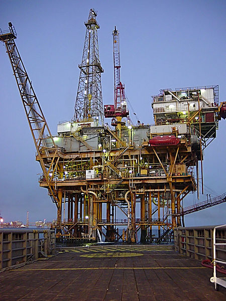 Offshore Drilling Rig.  Source: Wikimedia Commons, Chad Teer, CC BY 2.0.