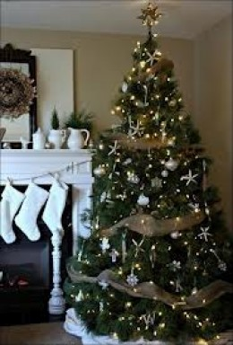 This tree beautifully compliments itself, because it is made up of two colors, gold and white. The white especially shines because of the solid white objects on the fireplace mantel.