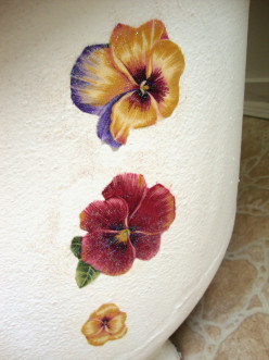 How to Decorate a Clawfoot Tub With Floral Accents