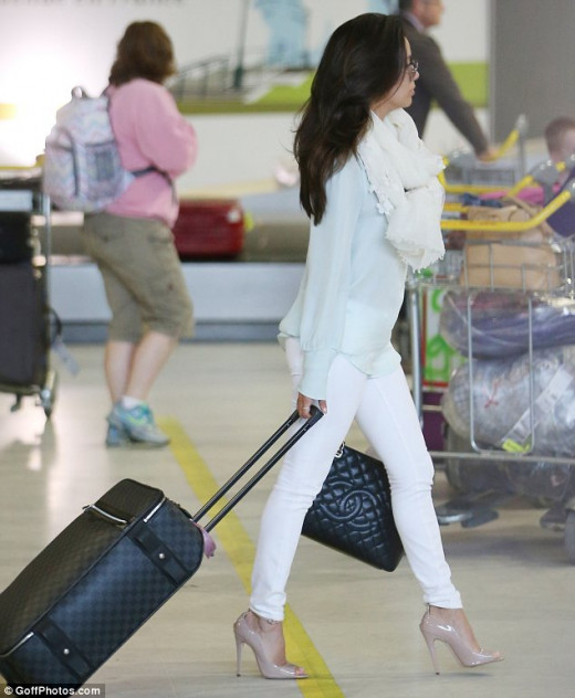 Eva Longoria in white skinny jeans and nude high heels walking through the airport. This is an amazing outfit as the shoes are very sexy yet only emphasize her shapely legs and curves not distract from them.