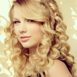 Super popular Taylor Swift has a winning smile.