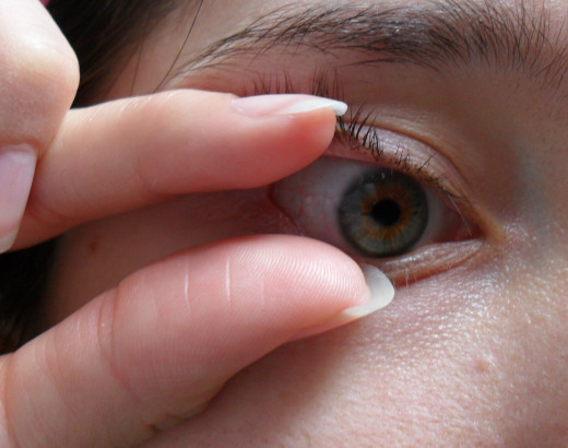 how to take out contacts without touching eye