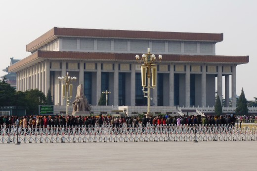 1 b) Chinese people lined up to see Chairman Mao's tomb in Tiananmen Square