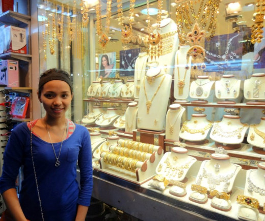 In Gold Souq you will find 18, 21 and 22 karat of high quality gold jewelries. Jewelries here are in varieties of styles, weight, and precious stones.