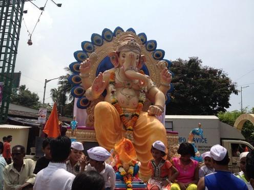 El ídolo de Ganesha da por inmersión en el cuerpo de agua.  (Ganesh Visarjjan)