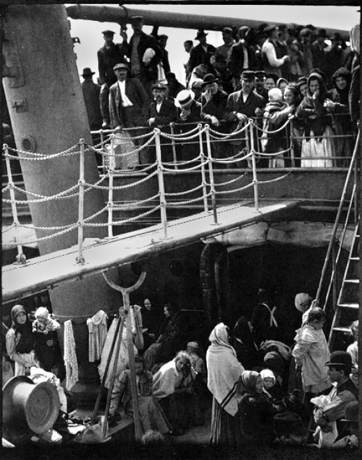 """""""The Steerage"""" 1907 photograph by Alfred Stieglitz. Photograph of working class people crowding two decks of a transatlantic steamer First published in """"Camera Work"""" #36, October, 1911. Published in USA before 1923, hence public domain by US law. Pho"""