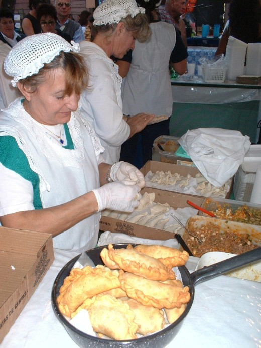 Thanks to Wikimedia Commons, this public domain picture shows an Argentinian woman making empanadas. Note the Doña Petrona style repulgue (crimping)!