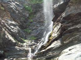 Onake Abbi falls...