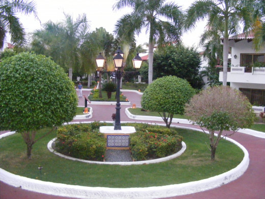 The Occidental Grand is very well maintained. Beautifully manicured lawns & gardens. Resort staff do a great job keeping the resort clean and litter free.